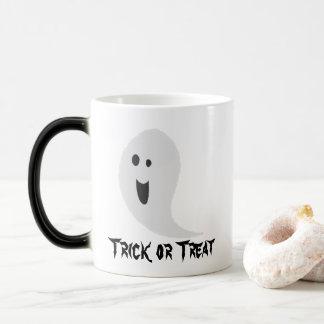 Fantôme souriant éffrayant de des bonbons ou un mug magic