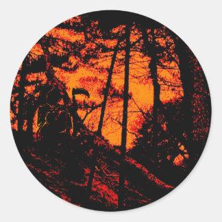 Faucheuse dans la forêt orange effrayante de Lit Adhésifs Ronds
