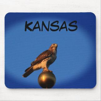 Faucon du Kansas sur un tapis de souris de mât de