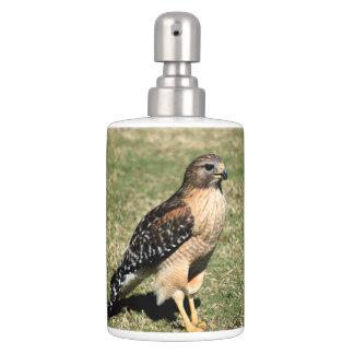Faucon épaulé rouge sur le terrain de golf accessoires de salle de bains
