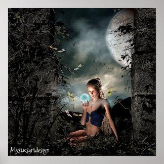 Fée lunatique tenant la boule magique dans l'art poster