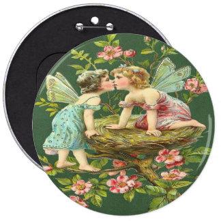 Fées romantiques vintages s'embrassant badge