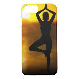 Femelle de yoga par l'océan au coque iphone de
