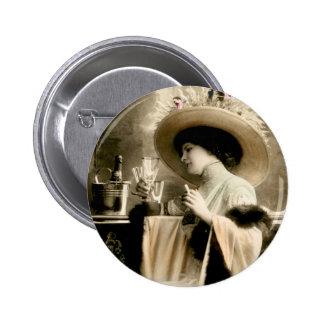 Femme 1900 parisienne buvant Champagne Badges
