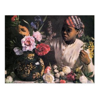 Femme africaine plantant des fleurs dans un vase carte postale