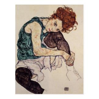 Femme assise par Schiele- d'Egon avec le genou Carte Postale