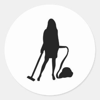 femme au foyer - aspirateur - nettoyage adhésifs ronds