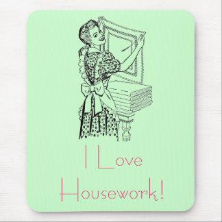 Femme au foyer joyeuse tapis de souris