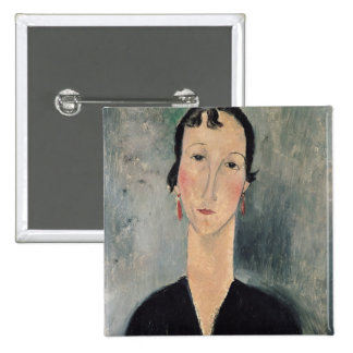 Femme avec des boucles d'oreille badge carré 5 cm