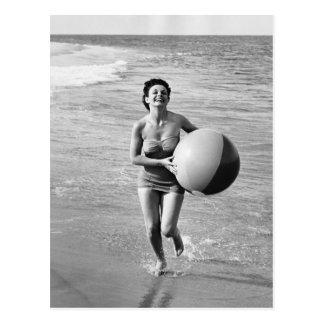 Femme avec du ballon de plage carte postale