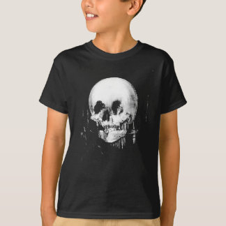 Femme avec la réflexion de crâne de Halloween dans T-shirt
