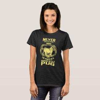 Femme avec un carlin t-shirt