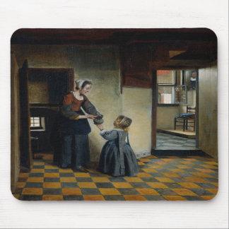 Femme avec un enfant dans un office tapis de souris