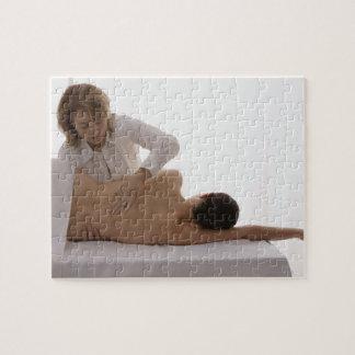 Femme ayant un massage puzzle