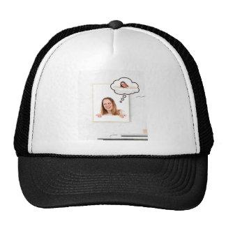 Femme blonde pensant sur le conseil blanc casquette