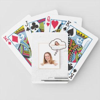 Femme blonde pensant sur le conseil blanc jeux de cartes