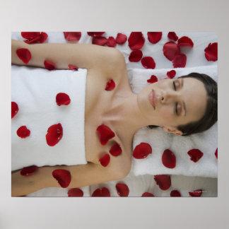 Femme couverte dans des pétales de fleur posters