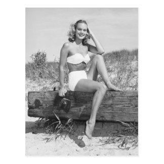 Femme dans le bikini carte postale