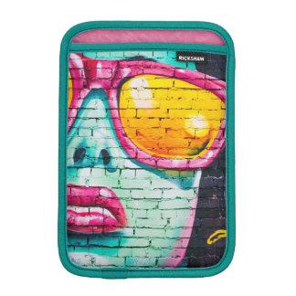 Femme dans le coque ipad de graffiti d'art de rue