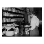 Femme dans le laboratoire de chimie, les années 10 affiches