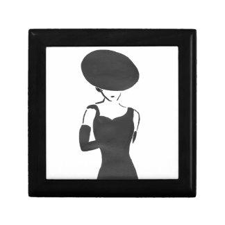 Femme dans le noir petite boîte à bijoux carrée