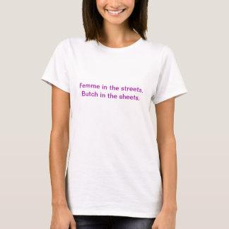 Femme dans les rues. Virago dans les feuilles T-shirt