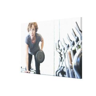 Femme de baby boomer établissant le triceps dans toiles
