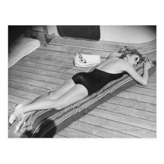 Femme de bronzage de Sun Carte Postale