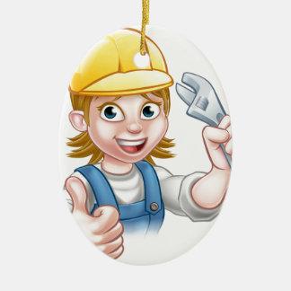 Femme de mécanicien ou de plombier tenant la clé ornement ovale en céramique