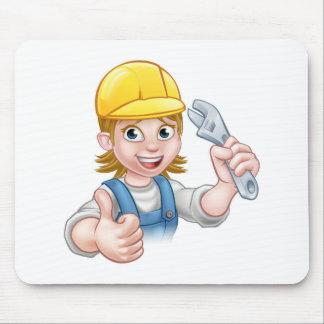 Femme de mécanicien ou de plombier tenant la clé tapis de souris