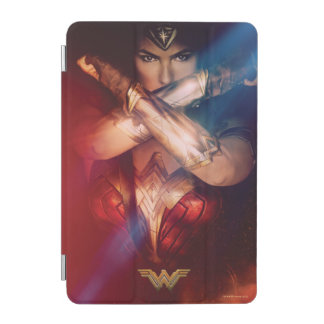 Femme de merveille bloquant avec des bracelets protection iPad mini