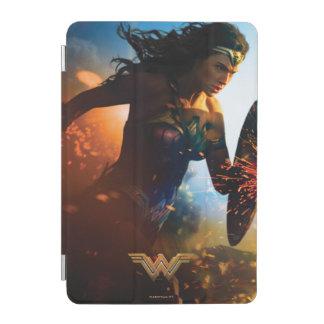 Femme de merveille courant sur le champ de protection iPad mini