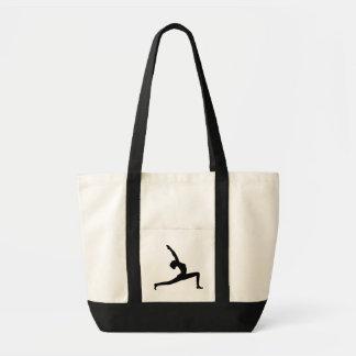 Femme de silhouette de yoga posant des sacs
