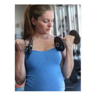 femme enceinte s'exerçant au club de santé carte postale