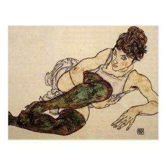 Femme étendue d'Egon Schiele- avec les bas verts Carte Postale