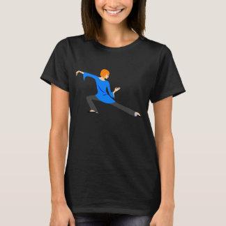 Femme faisant le T-shirt de Chi ou de yoga de Tai