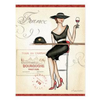 Femme française buvant du vin rouge carte postale