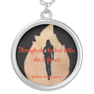 femme marchant par le feu avec le collier de