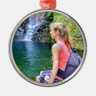 Femme néerlandaise s'asseyant sur la roche près de ornement rond argenté