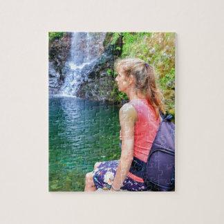 Femme néerlandaise s'asseyant sur la roche près de puzzle