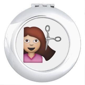 Femme obtenant la coupe de cheveux - Emoji Miroir De Voyage
