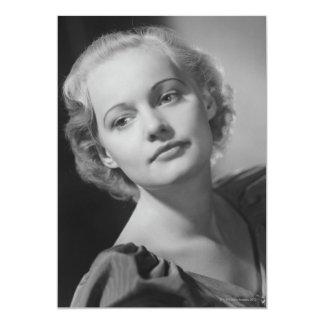 Femme posant 2 carton d'invitation  12,7 cm x 17,78 cm