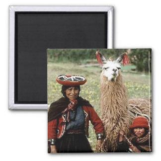 Femme Quechua avec la photo de deux lamas Aimant
