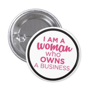 Femme qui possède des affaires badges