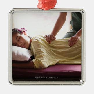 Femme recevant le massage #1 ornement carré argenté