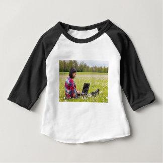 Femme s'asseyant avec le pré d'ordinateur portable t-shirt pour bébé