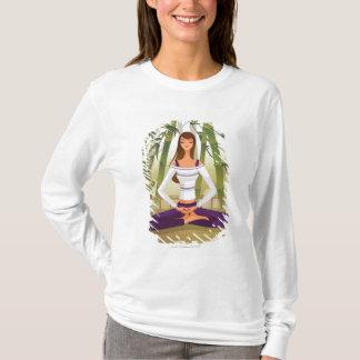 Femme s'asseyant en position de lotus, méditant t-shirt