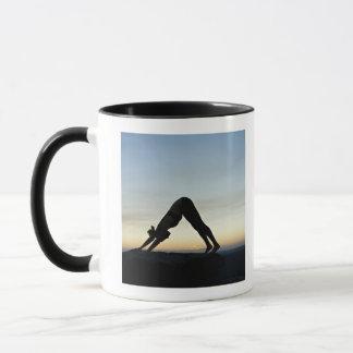 femme silhouettée contre la pratique en matière de mug