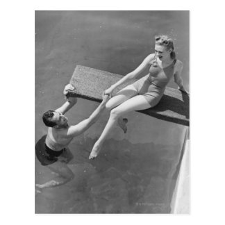 Femme sur le conseil de plongée carte postale