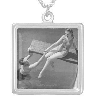 Femme sur le conseil de plongée collier
